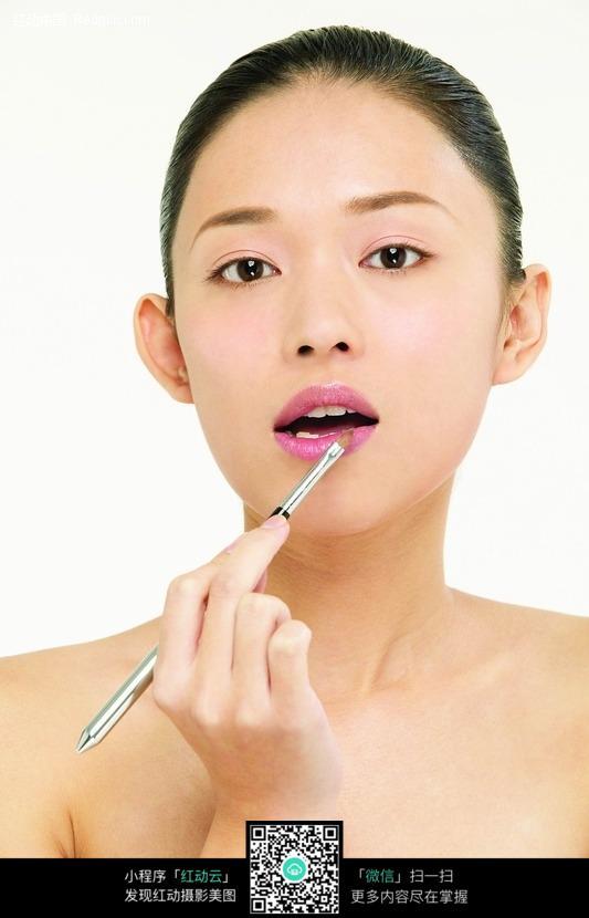 用唇笔画唇的女孩图片免费下载 红动网