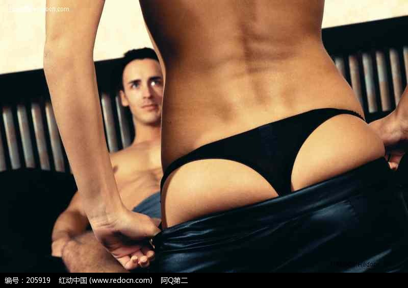 男人面前脱裤子的女人图片
