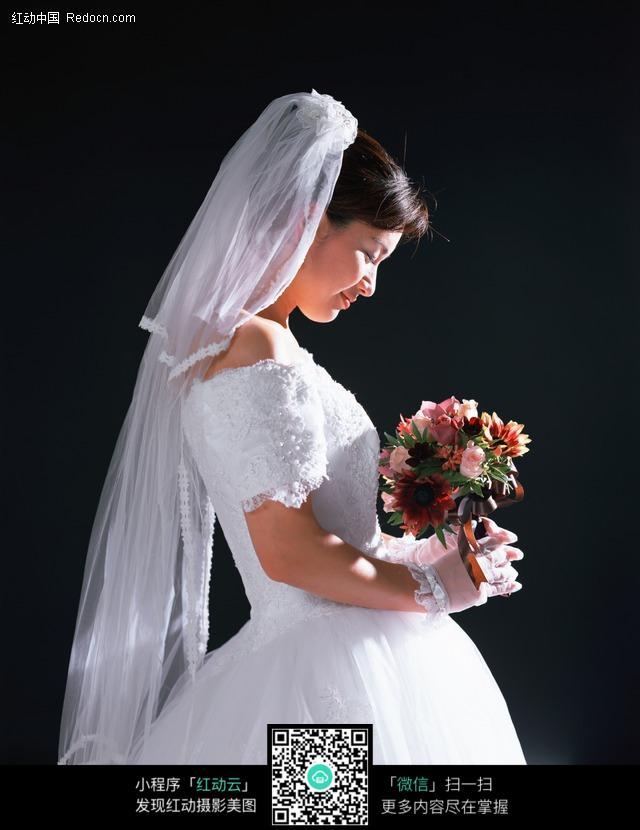 免费素材 图片素材 人物图片 新人情侣 > 手捧鲜花漂亮的新娘侧面图片