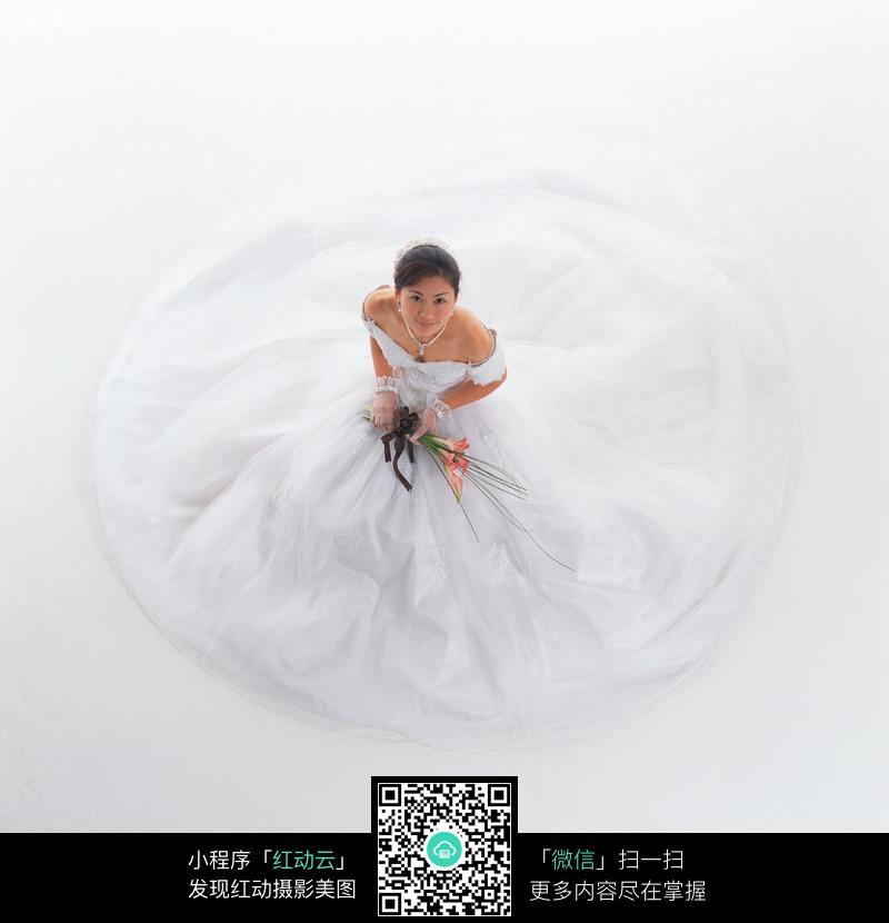 穿着洁白婚纱的女孩图片