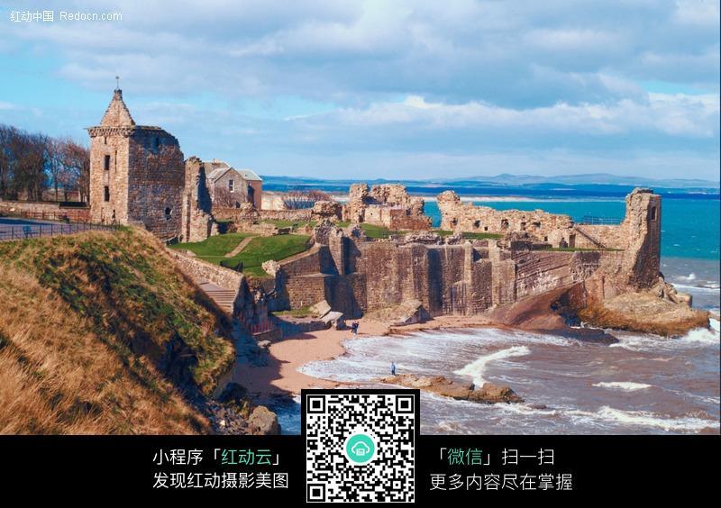 海边的古城堡遗址图片