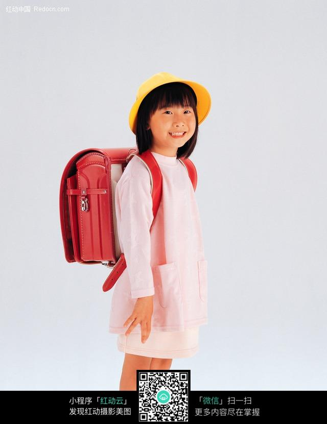 背着书包的小女孩图片