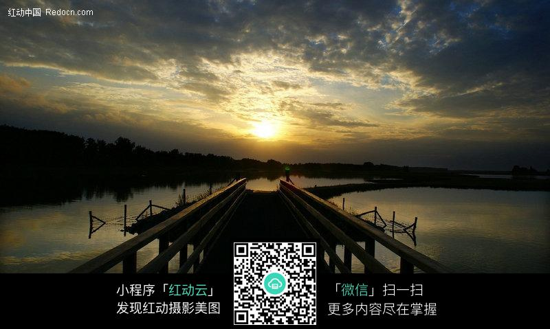 免费素材 图片素材 自然风光 自然风景 水上的小木桥  请您分享: 素材