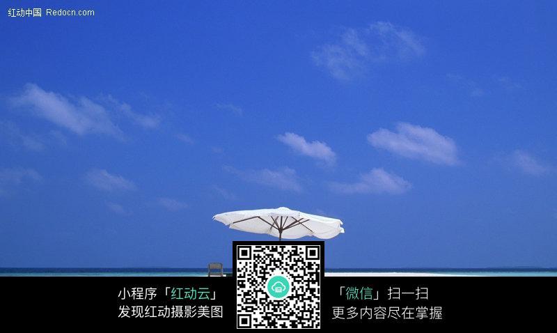 海边的太阳伞和桌椅图片