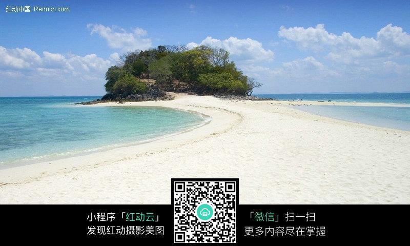 岸边的绿色小岛图片_海洋海边图片