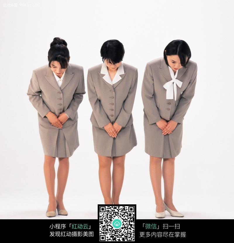 作欢迎姿势的三个女人图片