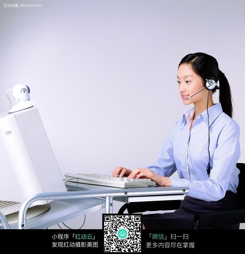 电脑前认真工作的女孩侧面图片 职业人物图片