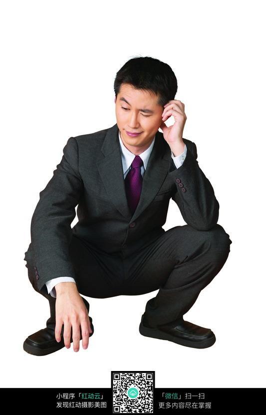 蹲着思考的男性图片_职业人物图片