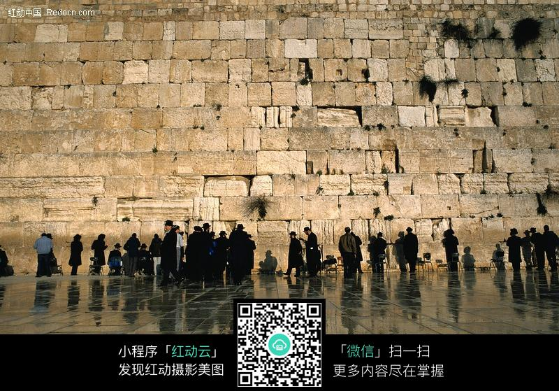 参观古石墙的人图片