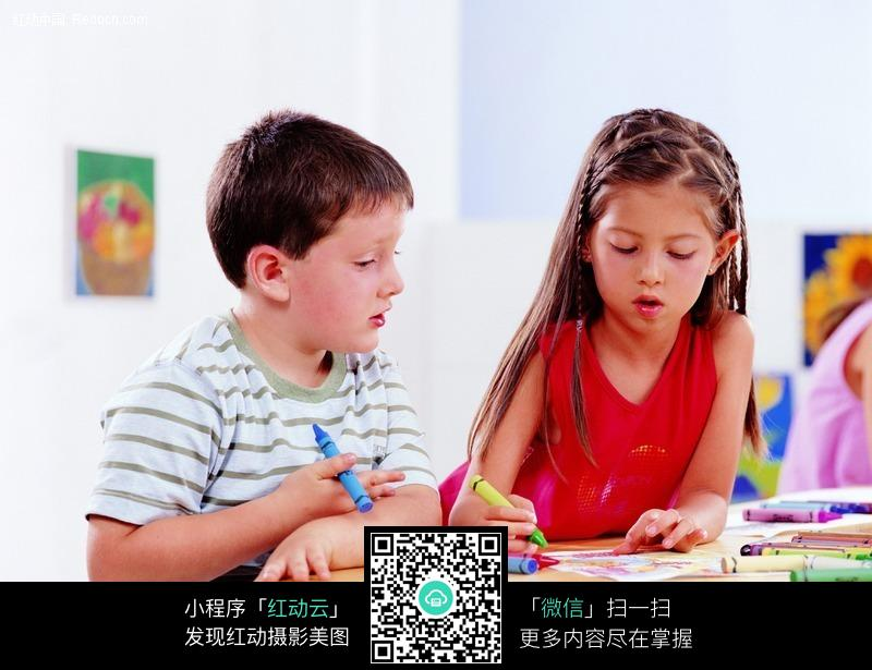 教小男孩画画的可爱小女孩图片