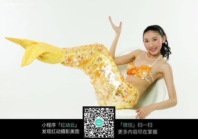 双腿翘起扮美人鱼的女人图片 女性女人图片