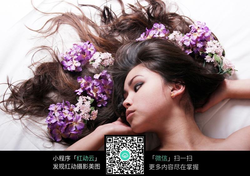 长发上插满鲜花的美女图片