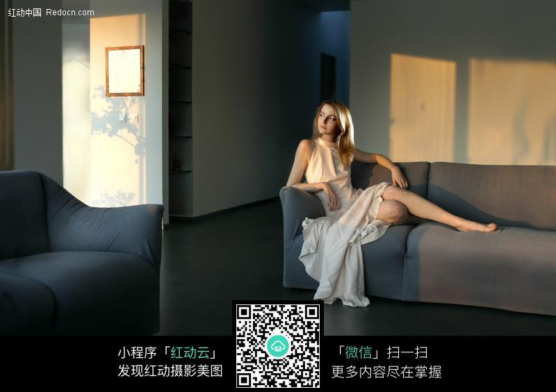 坐在沙发上的长裙美女图片