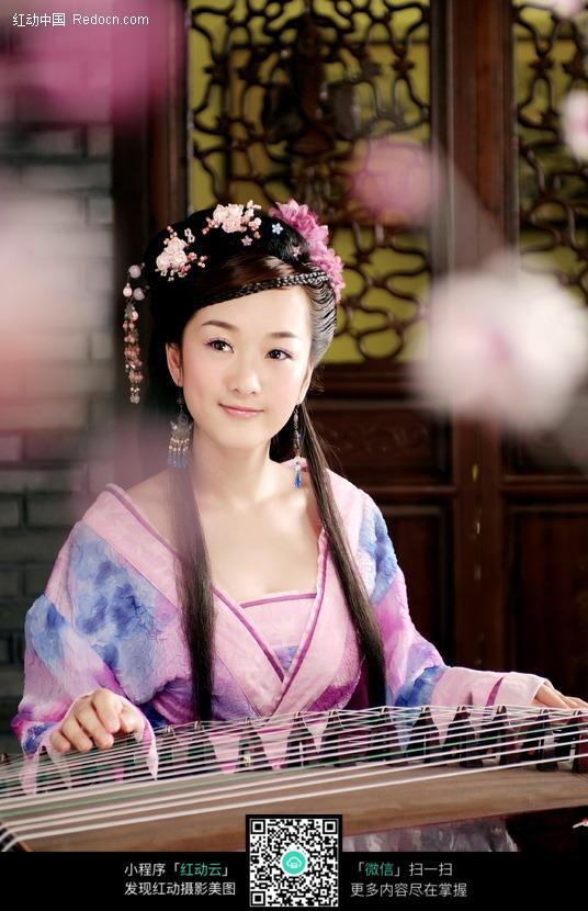 弹琴的古典美女