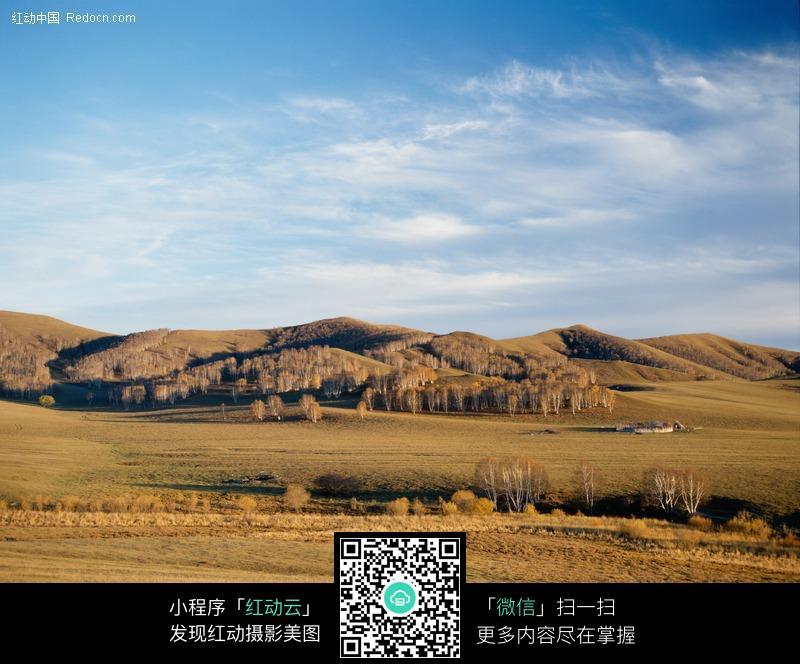蓝天下秋天的田野图片