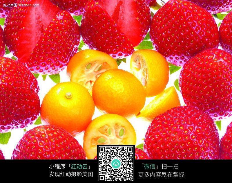 被草莓包围的黄色水果图片