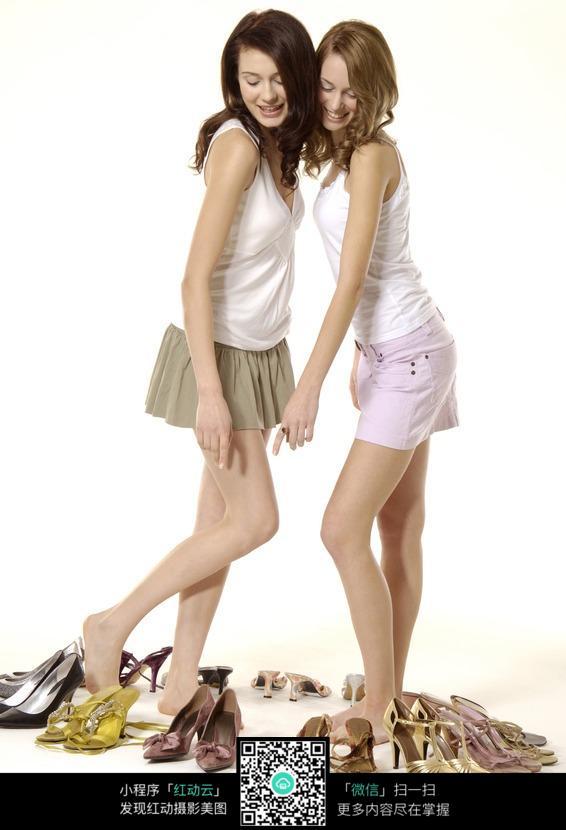 两个美女试高跟鞋图片