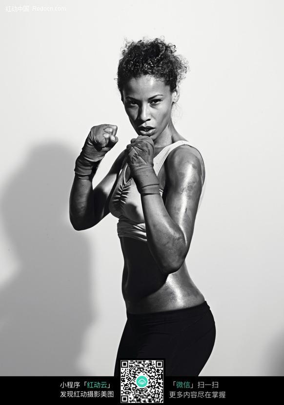 拳击打拳动作的外国女人图片