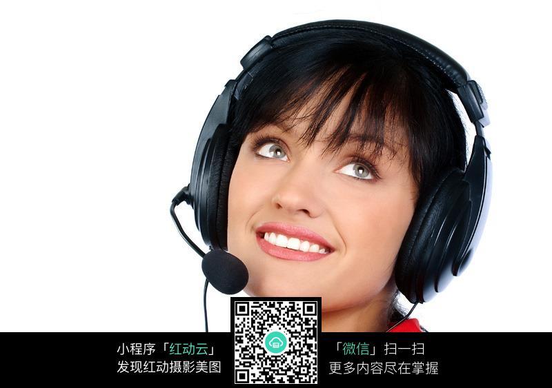 戴耳机的外国接线美女