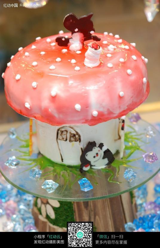 蘑菇房子形状的可爱蛋糕图片