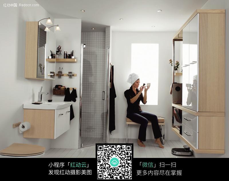 卫生间化妆的外国美女图片