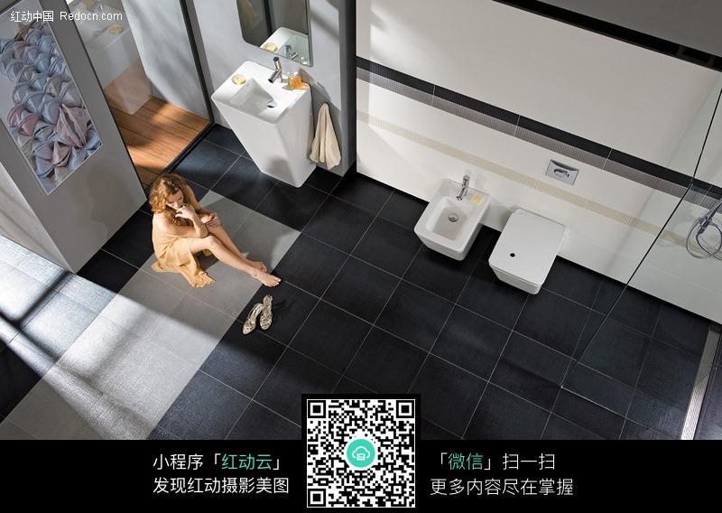坐在卫生间地板上的外国美女图片
