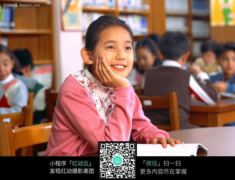 阅览室里读书的小学生图片