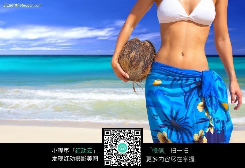 手揽着椰子的沙滩比基尼美女图片 女性女人图