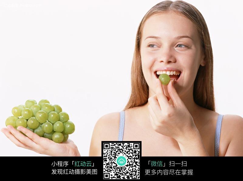 正在吃葡萄的外国美女图片 女性女人图片