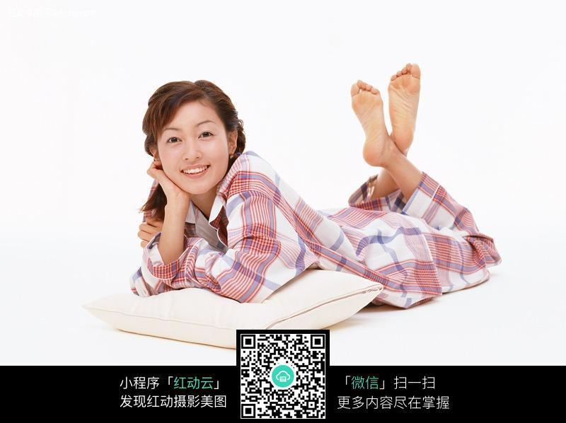 翘着脚趴着遐想中的睡衣美女图片 人物图片素