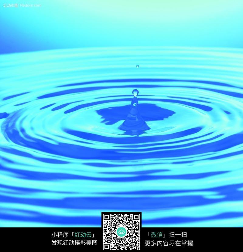 梦幻蓝色水面上的水波纹水珠图片