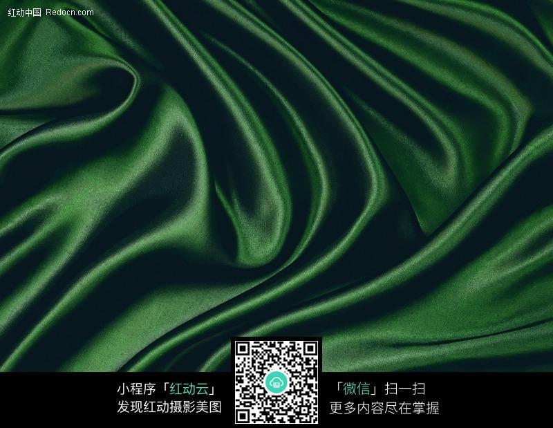 褶皱的深绿色绸缎背景素材图片