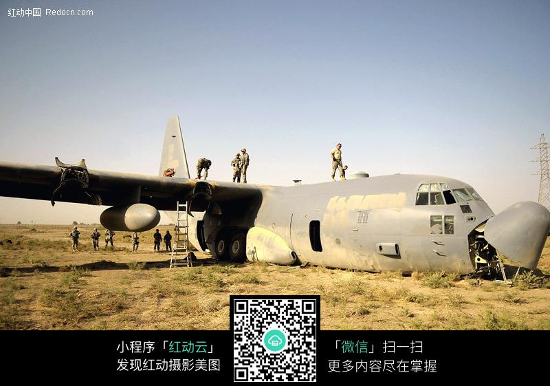 维修中的破旧货运飞机图片