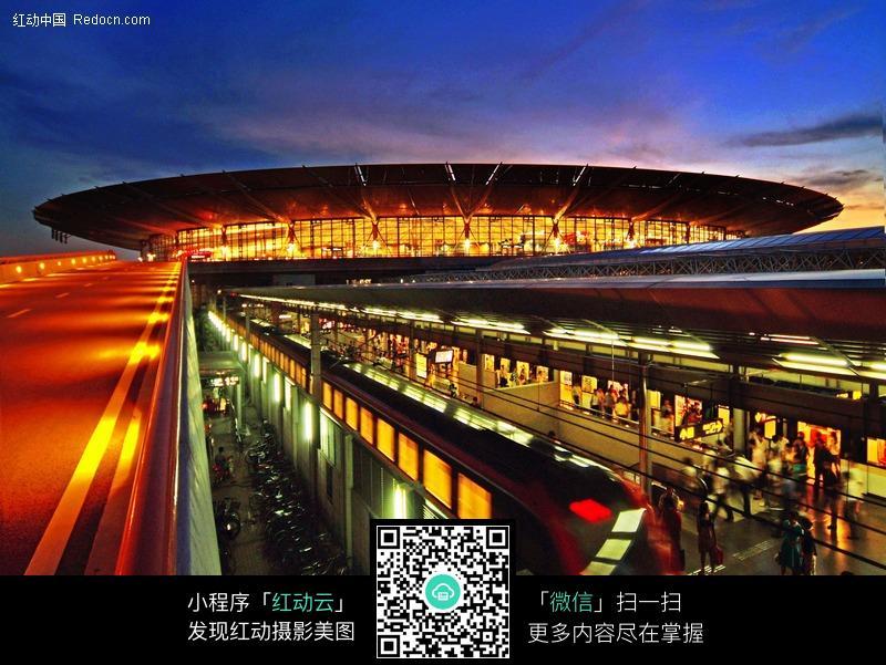 夜色中的車站站臺圖片