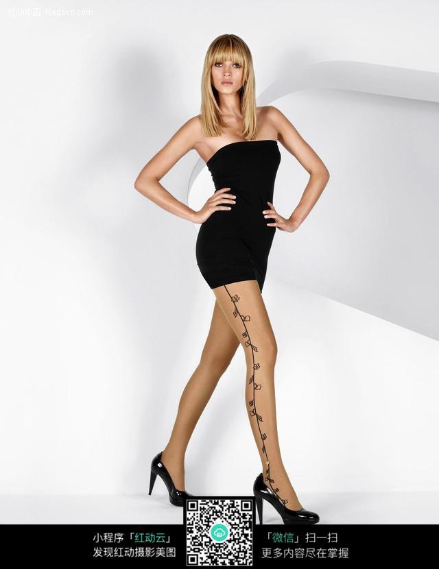叉腰行走的美女模特图片 人物图片素材|图片库