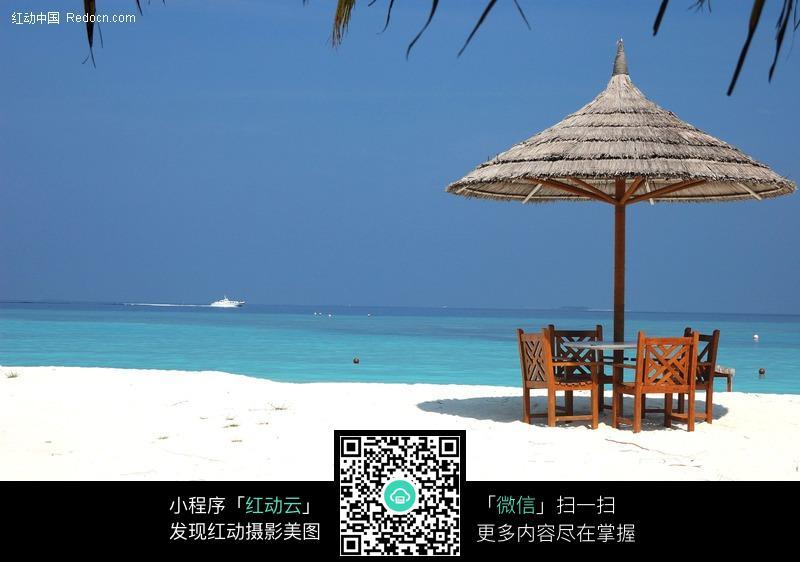 画,沙滩遮阳伞图片; 马尔代夫海滩上的遮阳伞图片-风景图片|图片库
