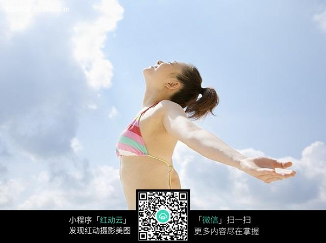 张开双臂拥抱自然泳装少女图片
