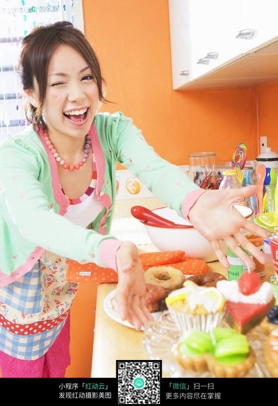 在厨房做美食的欧美与女孩美女图片猫图片