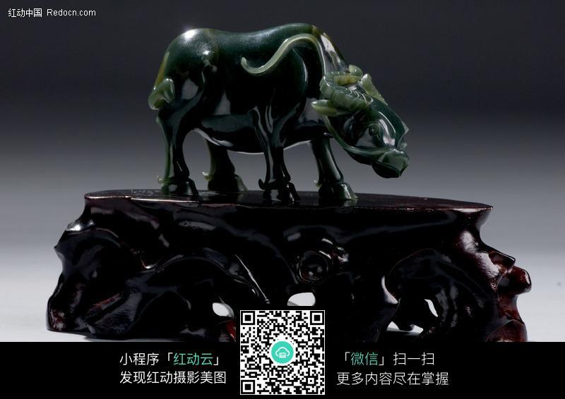 牛玉石雕刻工艺品图片