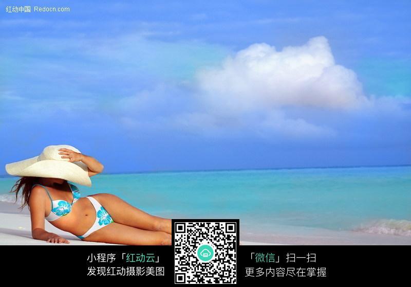 沙滩日光浴的比基尼美女图片