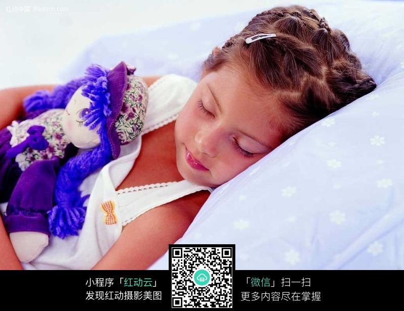 睡觉的小女孩时尚矢量人物插画