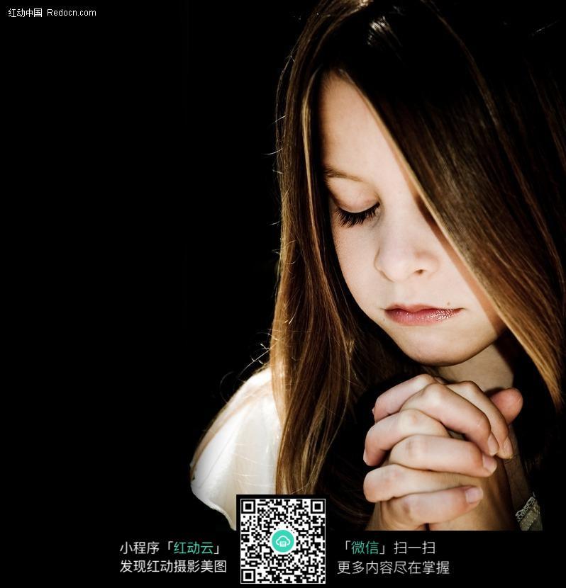 在祈祷的小女孩