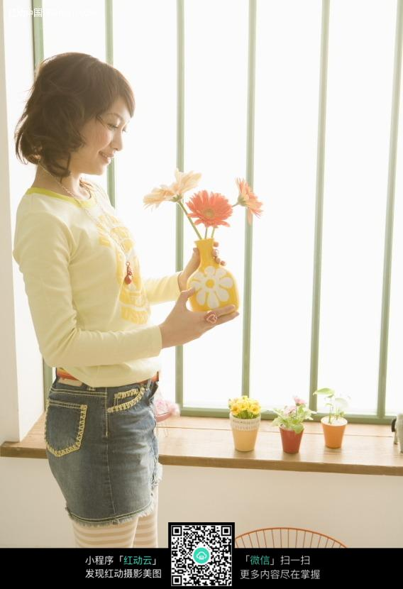 窗边手拿花瓶的女孩1