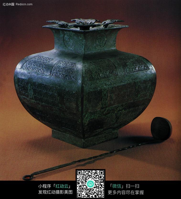 古代青铜艺术珍品 雕刻莲花花瓣方口的罐子图片