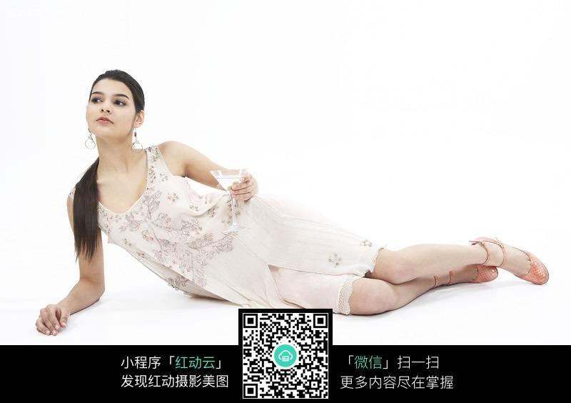 侧躺着的时尚美女图片