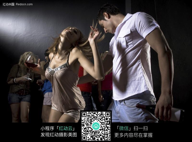 跳舞的夜总会酒吧男女图片