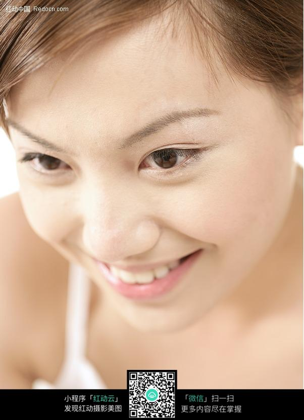 美颜靓妆护理-低头微笑的美女面部特写图片