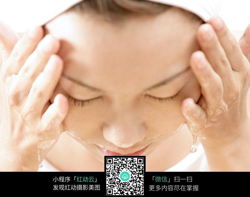 美颜靓妆护理-洗脸的美女图片