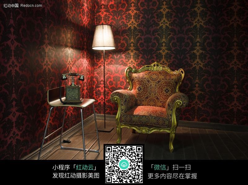 台灯照射下的欧式沙发图片