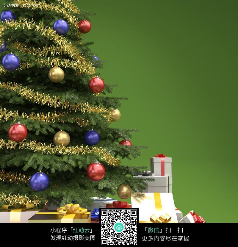 圣诞树下摆放着各种礼物